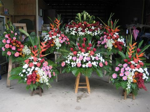 จัดดอกไม้หน้าหีบศพแบบเป็นกอดอกไม้ 5 กอเล็ก